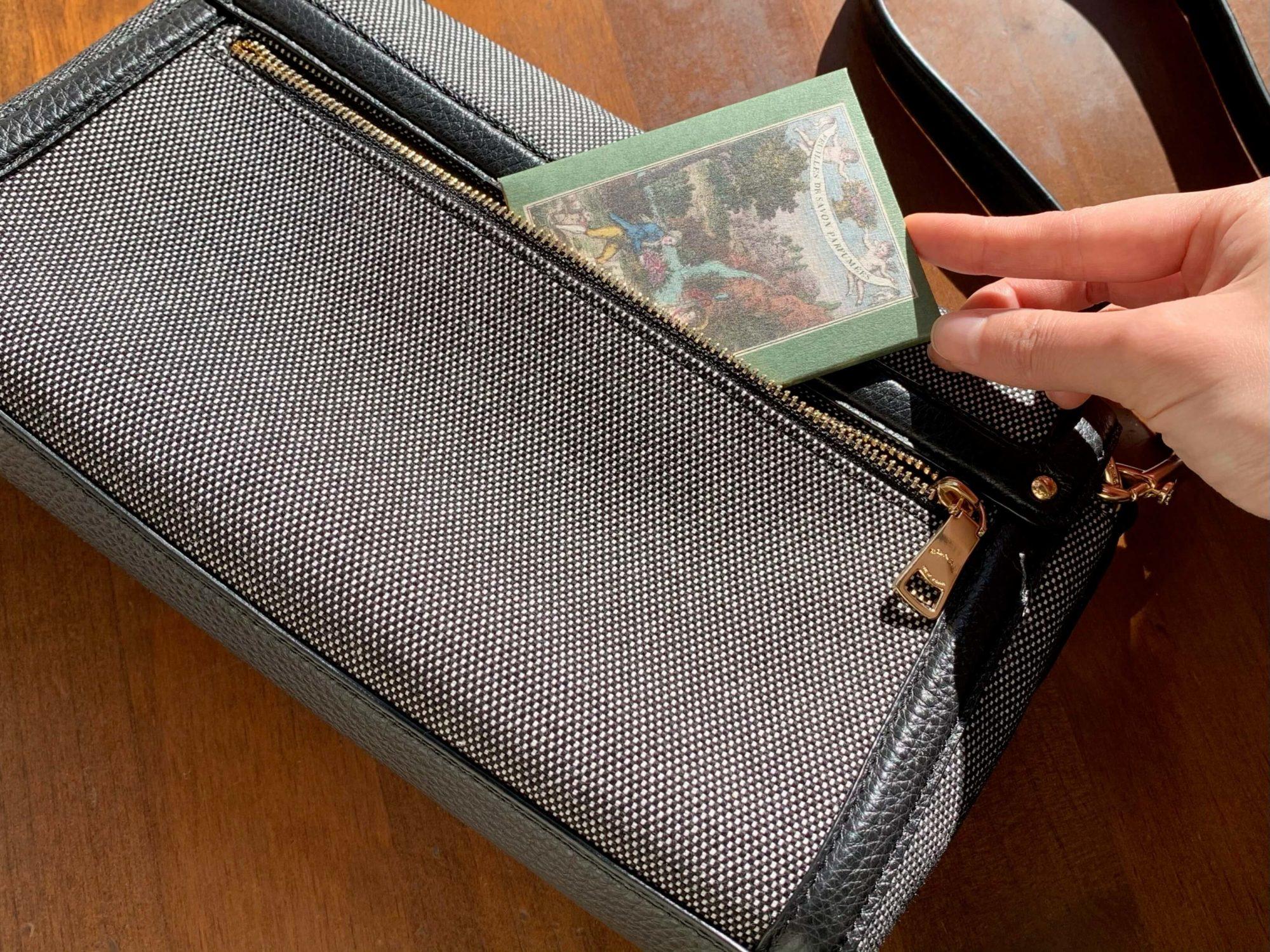 懐中紙タイプなので薄く、サッと鞄に入れやすいのもグッド。紙石鹸でお気に入りの香りと清潔感を持ち歩いてみませんか。