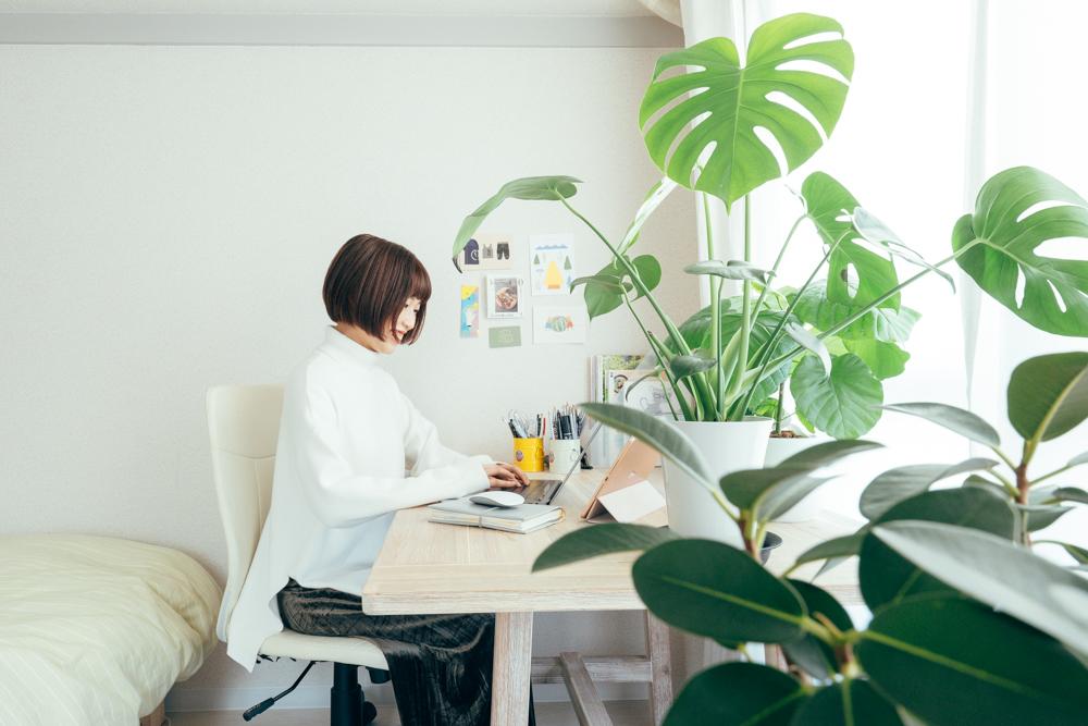 真っ白なキャンバスのようなお部屋に、加える色合いも意識。 「お部屋の中には、青や黄色や植物のグリーンなどみずみずしい色合いを入れられるよう意識をしています。」