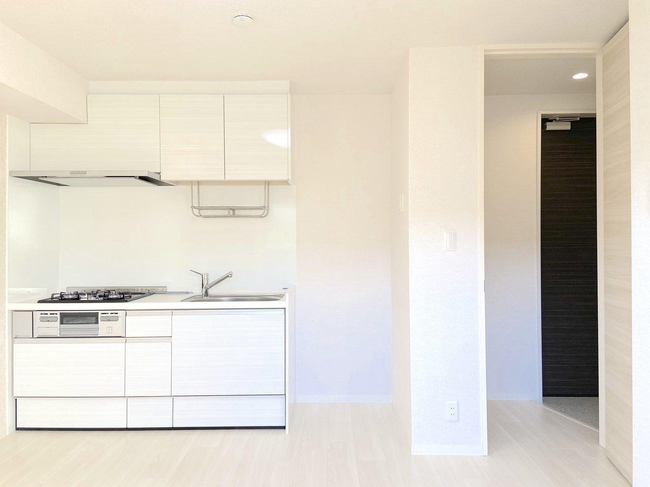 8.3畳の洋室で、南向きのワンルーム。白で統一された室内は清潔感があります。キッチンも料理がしやすそうな、十分な広さです。