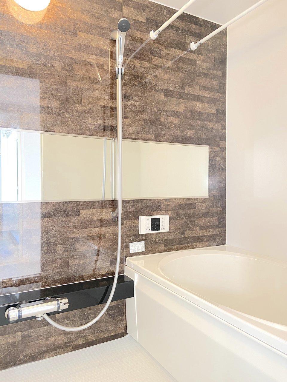 一人暮らし用のお部屋にしては、お風呂も足を伸ばせる広さ。浴室乾燥機もついてますよ。