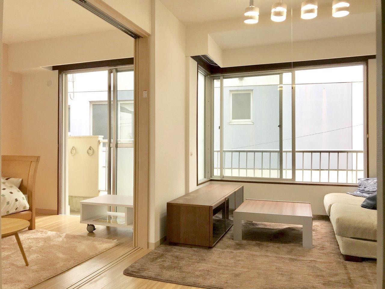LDKと洋室が引き戸で繋がったタイプの1LDK。普段は開け放して使うと、開放感があって良さそうですね。※家具はサンプルです