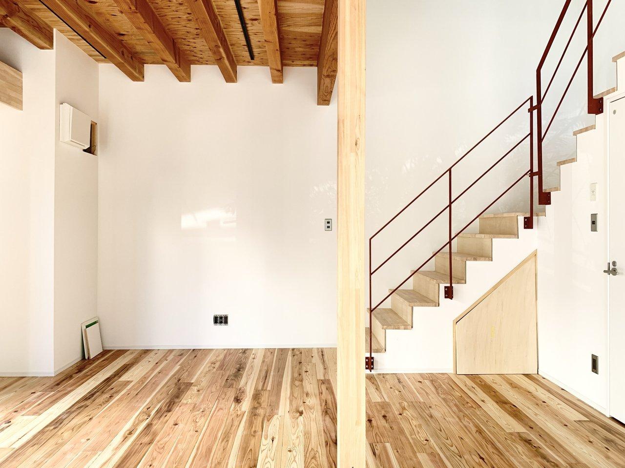 無垢床が気持ちの良い、1LDKのお部屋。洗練されたデザインの、メゾネットタイプです。
