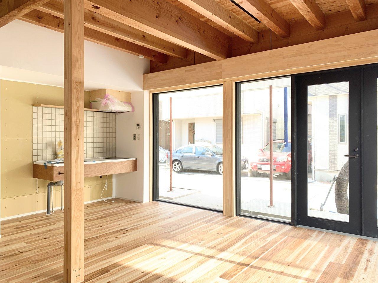 1階のLDKは14畳もあり、窓も大きく開放感がありますね。キッチンのタイルもかわいい。