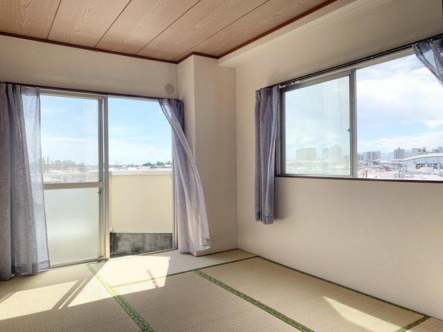 最後は洋室と和室、そしてダイニングがある2DKのお部屋。バルコニーに面した和室は風通しもよく、気持ちの良い空間です。