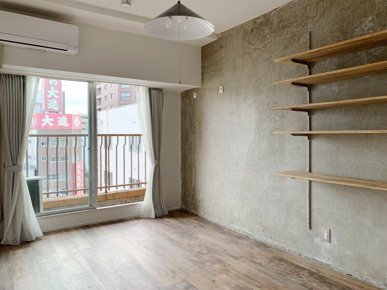 このコンクリ壁には絶対にドライフラワーが似合う!自分の好きな空間で、テイクアウトしたコーヒーでゆっくりカフェタイムもいいですね。