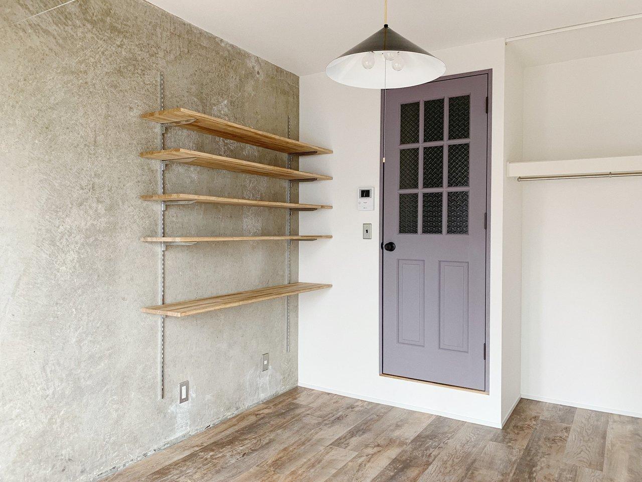 コンクリ壁にラベンダー色のドアが可愛い!可動式の棚もつくりつけなので、好きな雑貨を飾りましょう。