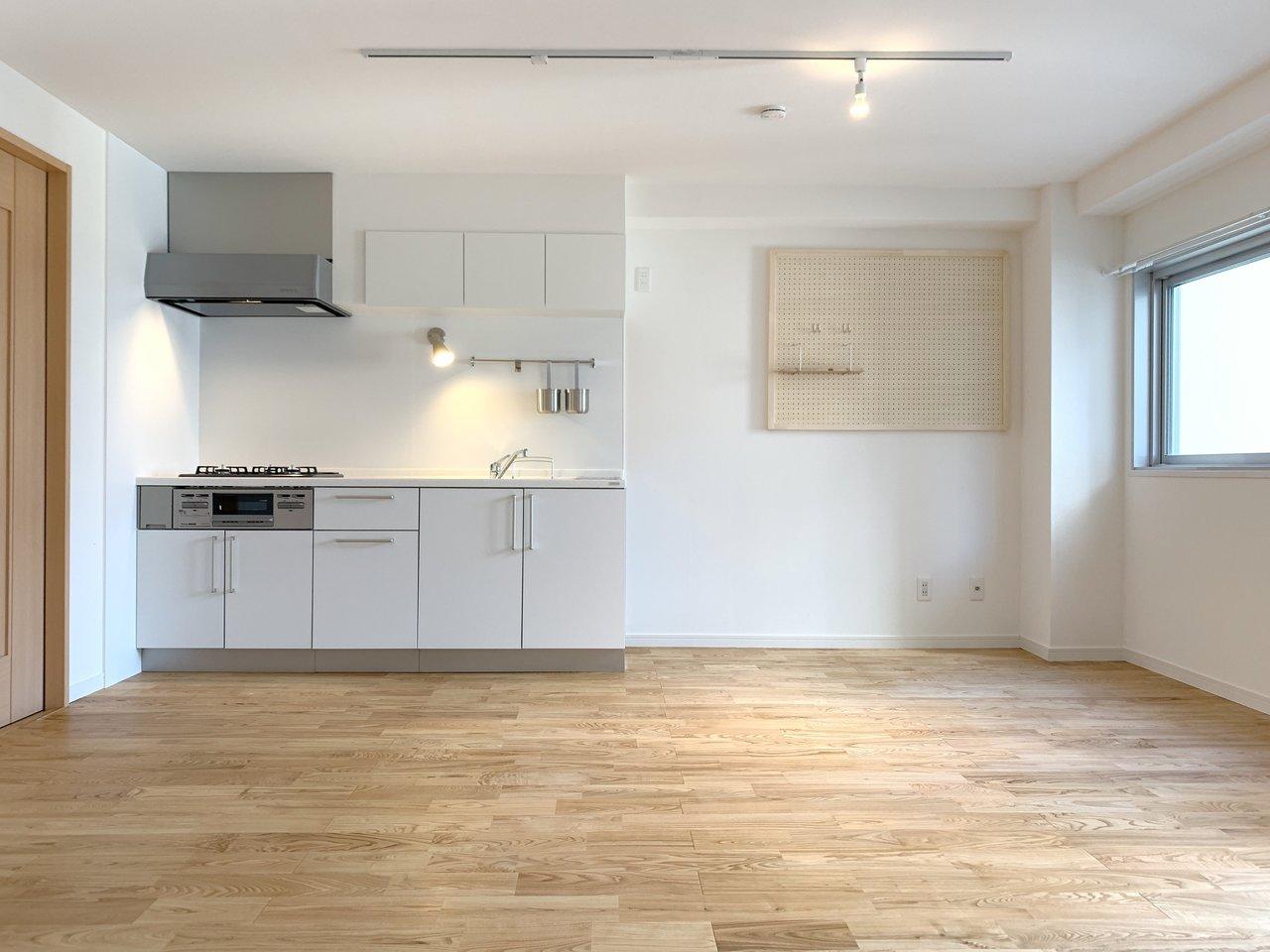 無垢フローリングに真っ白のデザインキッチンがかっこいい。グッドルーム自慢のオリジナルリノベ「TOMOS(トモス)」のお部屋です。