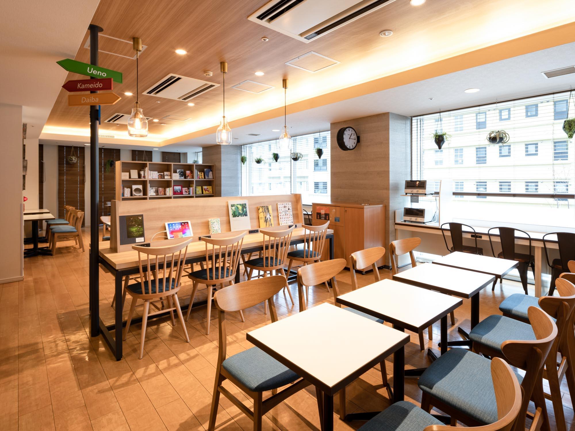 1階にWiFi、電源完備のカフェ&ライブラリーがある人気ホテル。さらに、朝食が無料でついてきて、お得に暮らすことができます。