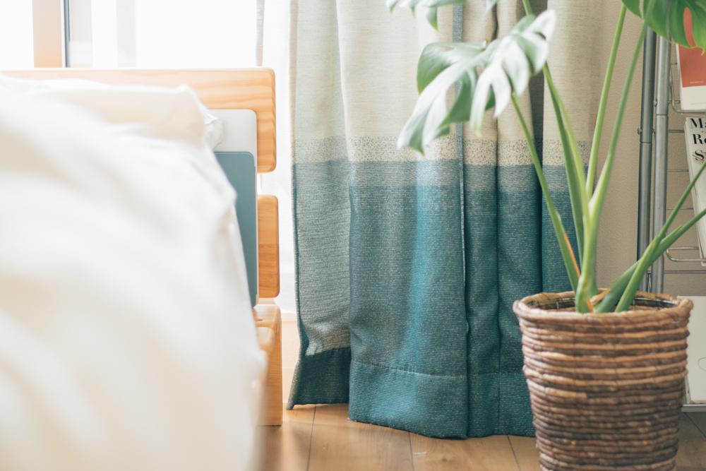 お部屋選びの際に、印象的だったと話すグリーンの壁、窓際のunicoのカーテンも同じく緑を購入。 「IKEAなどいくつか見て回りましたが色合いが気に入って購入しました。ヒダも増やして見た目も更に自分好みになったと思います。」