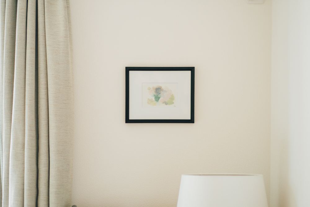 """商品撮影もお部屋でされるということで、実際にご自身で描かれたアート""""Twins - Nature""""も飾られていました。 「写真では伝わりづらいかもしれませんが、どのインテリアにも合わせやすい色合いがポイントです。」"""