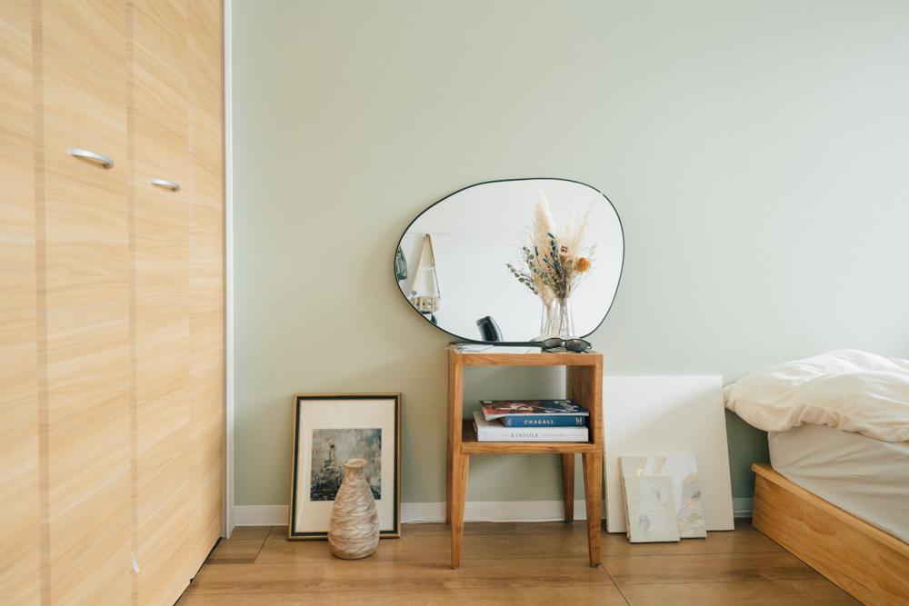 合わせて鏡を置くサイドテーブルも購入。「簡単なもの置き場になるので、自分で描いた絵を乾かす場所としても使っています。」