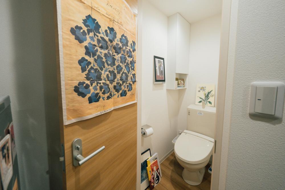 トイレにもたくさんの作品がありました。 「普段から美術館に行くことが多く、そこで見たものが作品にも影響を与えることが良くあるので、良いなと思った作品は目に入る場所に置くようにしていますね。」