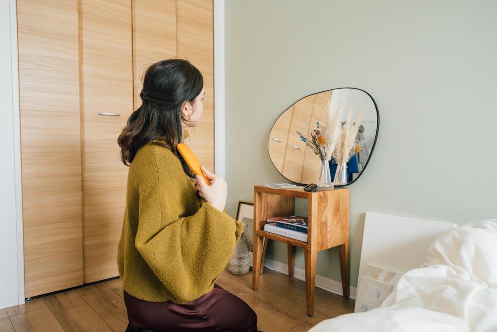 zara homeのラージイレギュラーミラーは、ネットで見つけて実店舗でもサイズ感を確認して購入。 「鏡を探していてzara homeはバリエーションが豊富だというイメージはあったのですが、実際にお気に入りのものが見つかって良かったです。朝の準備はここで行うことが多いですね。」