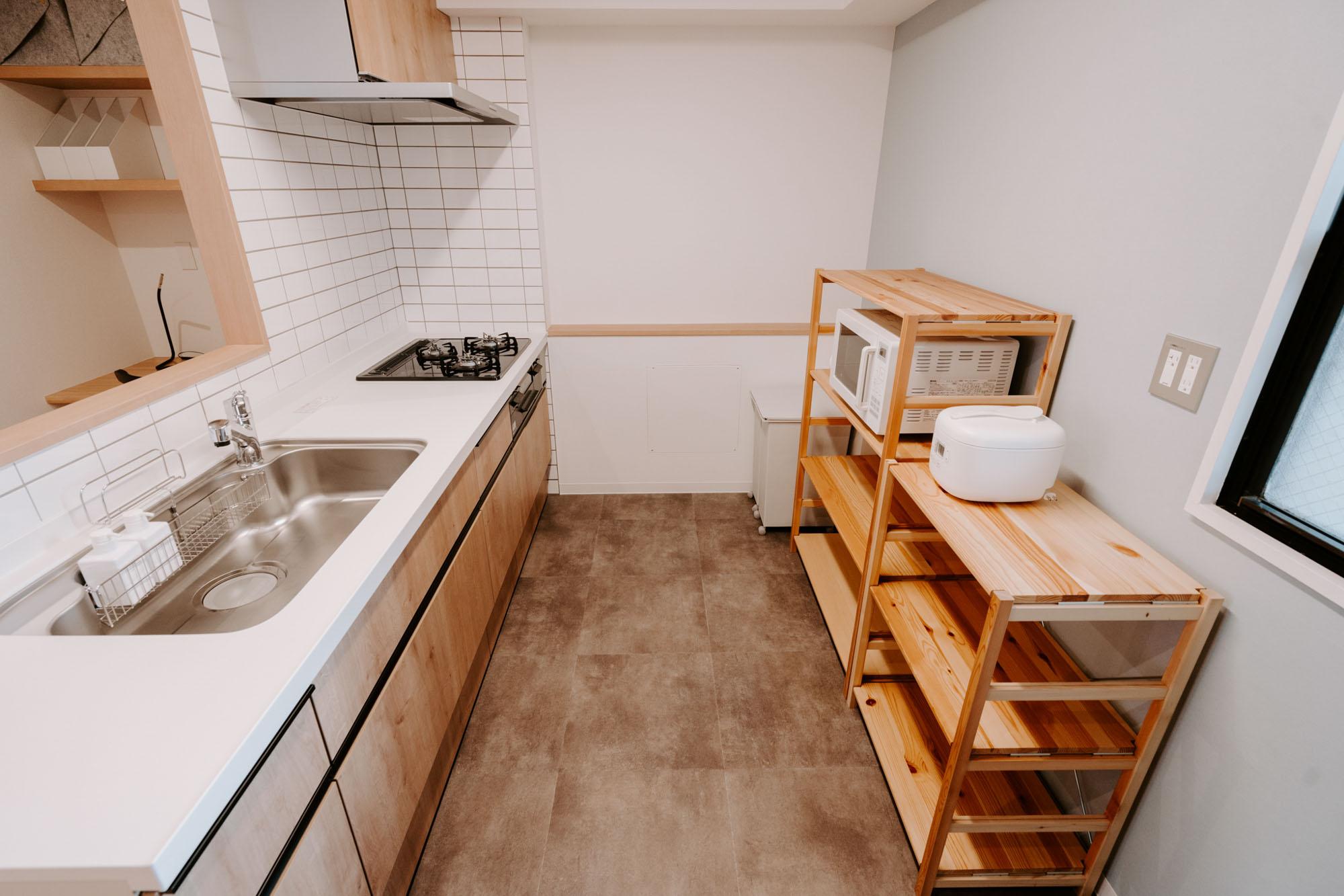 まずは、こだわりのキッチンから拝見しましょう!背面に食器棚を置いても、大人が余裕ですれ違うことのできるゆったりとした幅がとられていて、家族みんなで料理を楽しむことができそう。