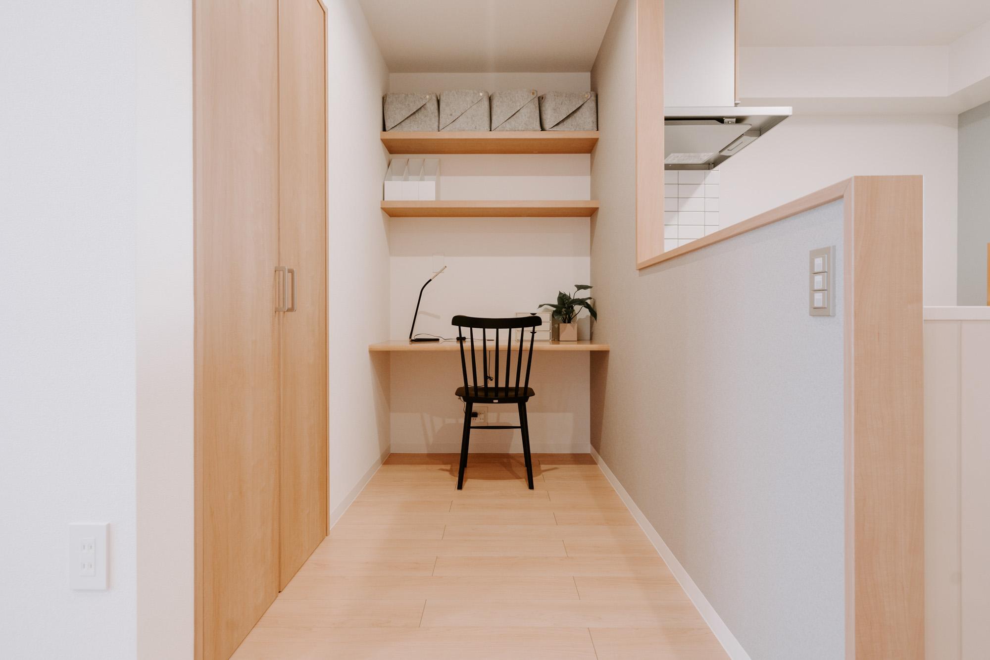 そしてキッチンの前には在宅ワーク時代に対応したワークスペース。テーブルには電源コードを通せる穴もあり、すっきりとした環境で作業に集中できそうです。