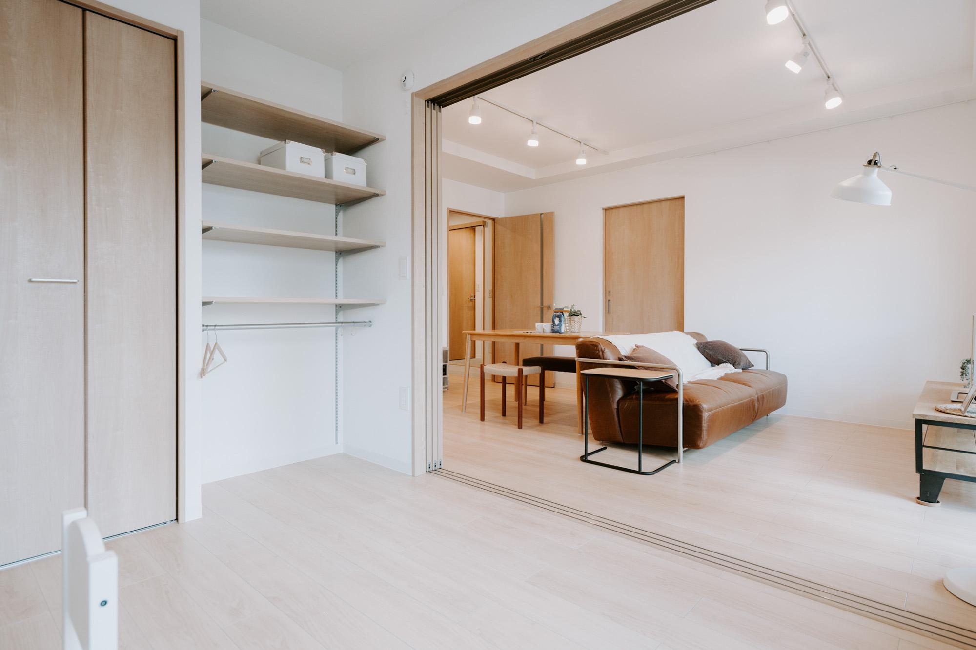 リビングスペースの隣には洋室が1部屋。引き戸をフルオープンにできるので、それだけでとても明るく広々と感じますね。