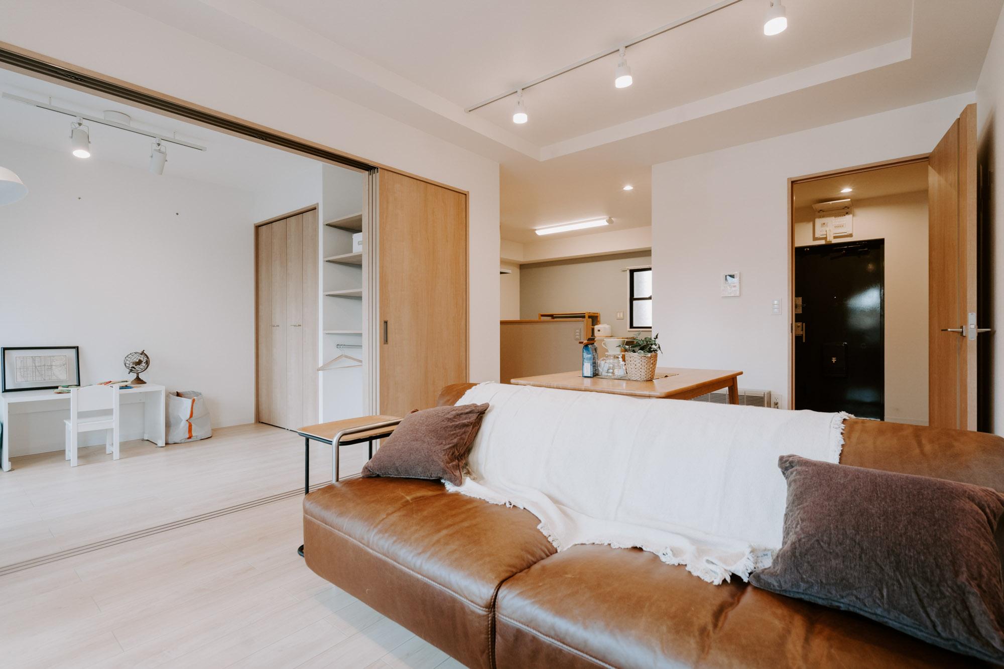 内装ももちろんこだわっています。床や建具の色はナチュラルで大人っぽいトーンに揃えられていて、いろんなスタイルの家具が似合いそう。※家具・調度品はサンプルです