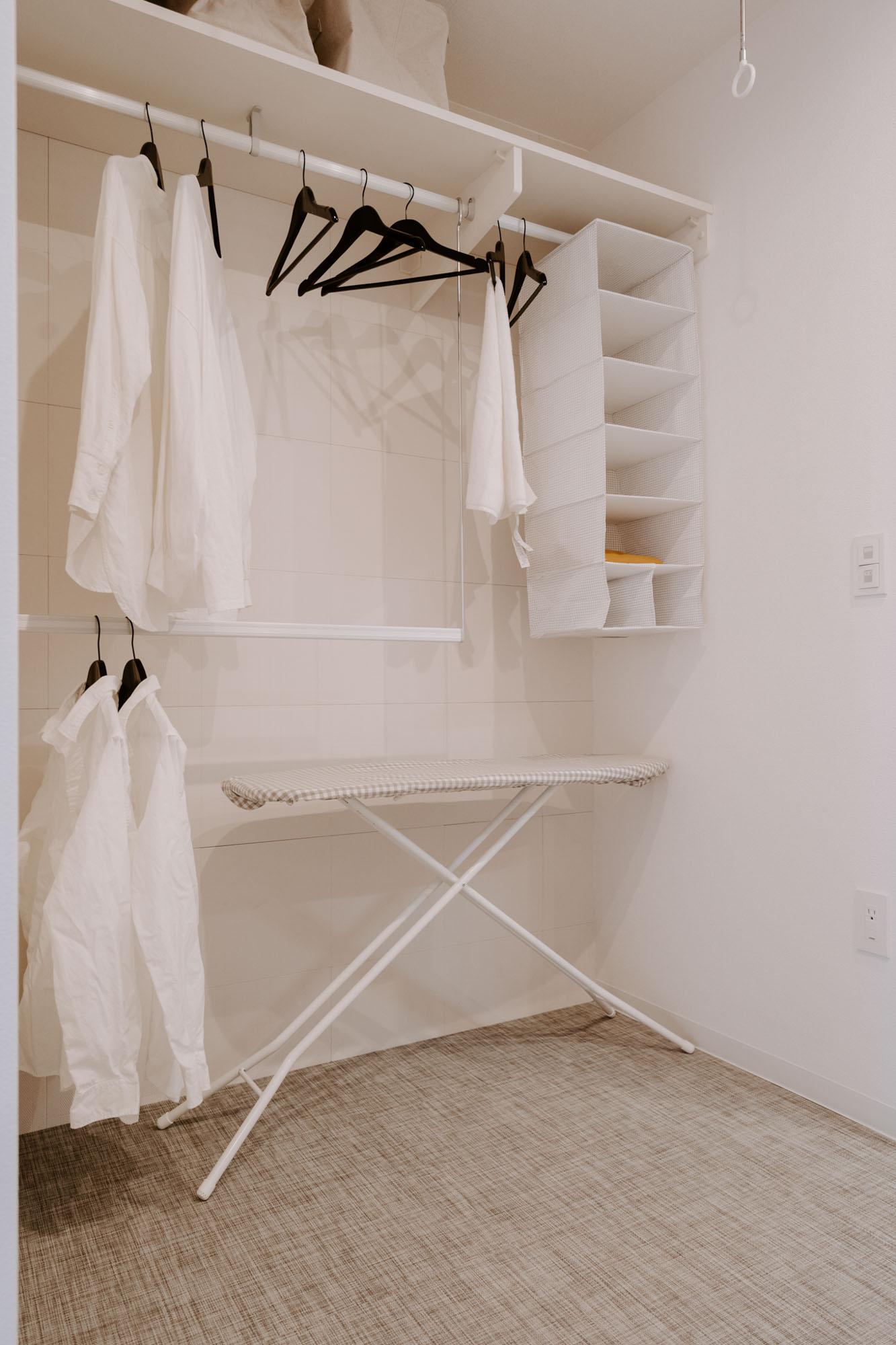 そしてそのままこの部屋に衣類をしまえます。壁には調湿機能のある素材が使われているなど、配慮も行き届いています。