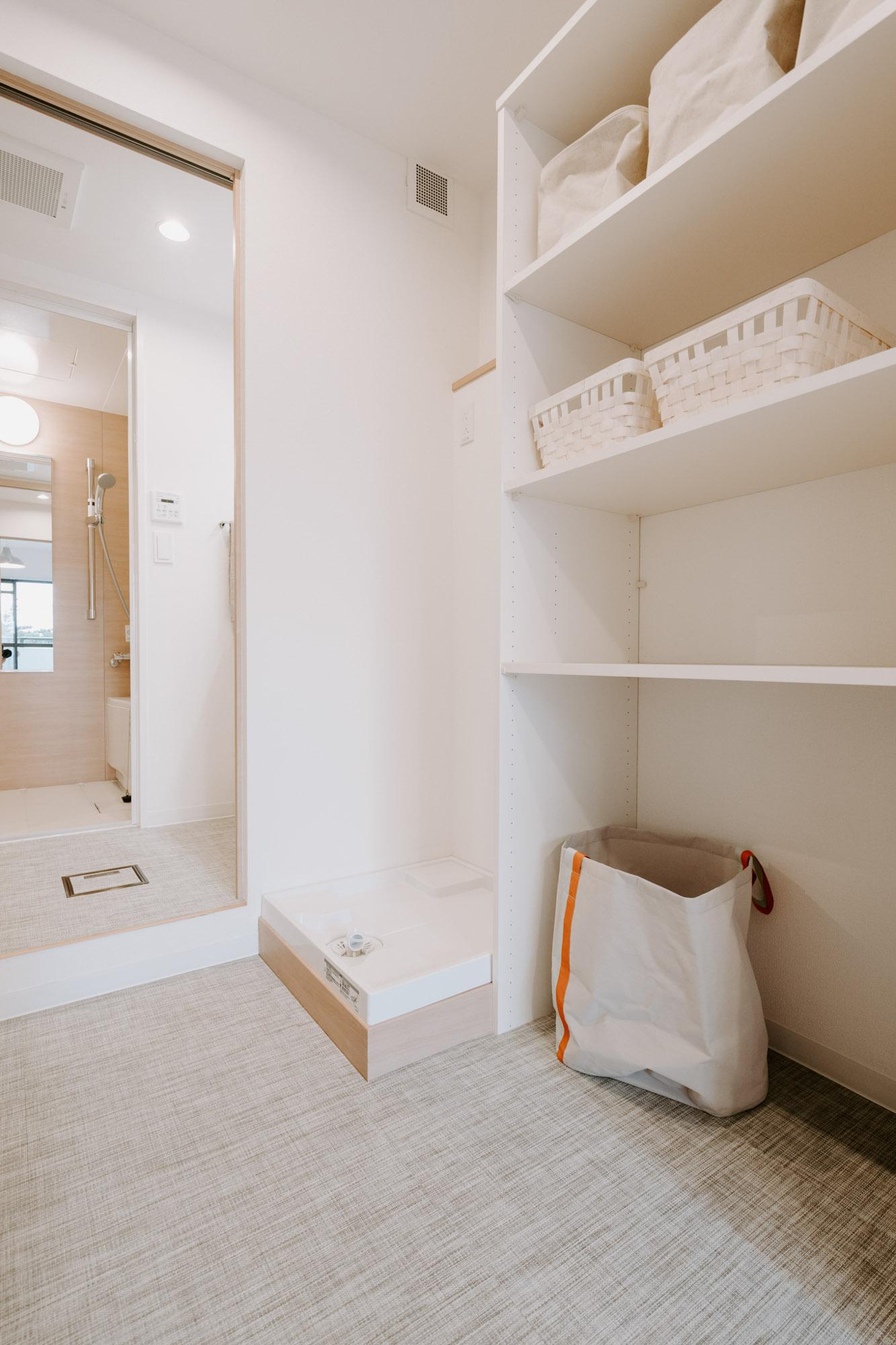 こちらはランドリーと収納を兼ねた部屋。脱衣所で服を脱いだら、すぐに洗濯・乾燥機へ。