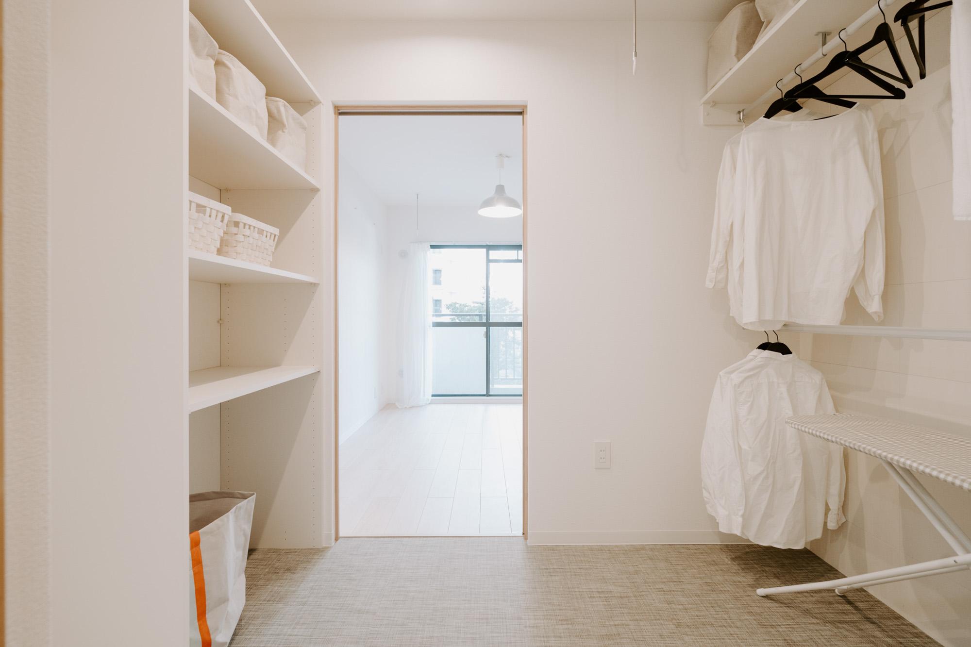 そしてこのお部屋の最大の特徴は、居室からも洗面所からもアクセスできる「ランドリーコーナー」。