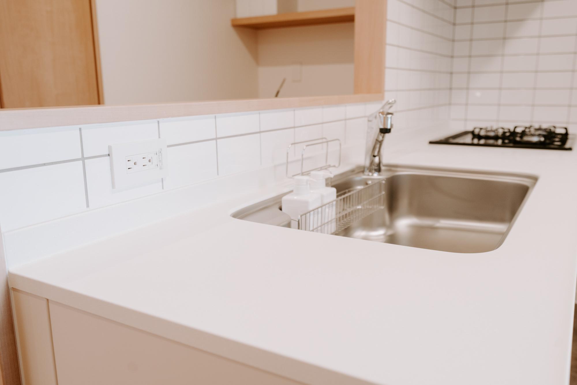 キッチンの左側にはコンセントが設けられていて、今や家族の暮らしの必需品となりつつある食洗機が置けるように考えられています。水栓も分岐出来るタイプなので、設置前の手間がかかりません。