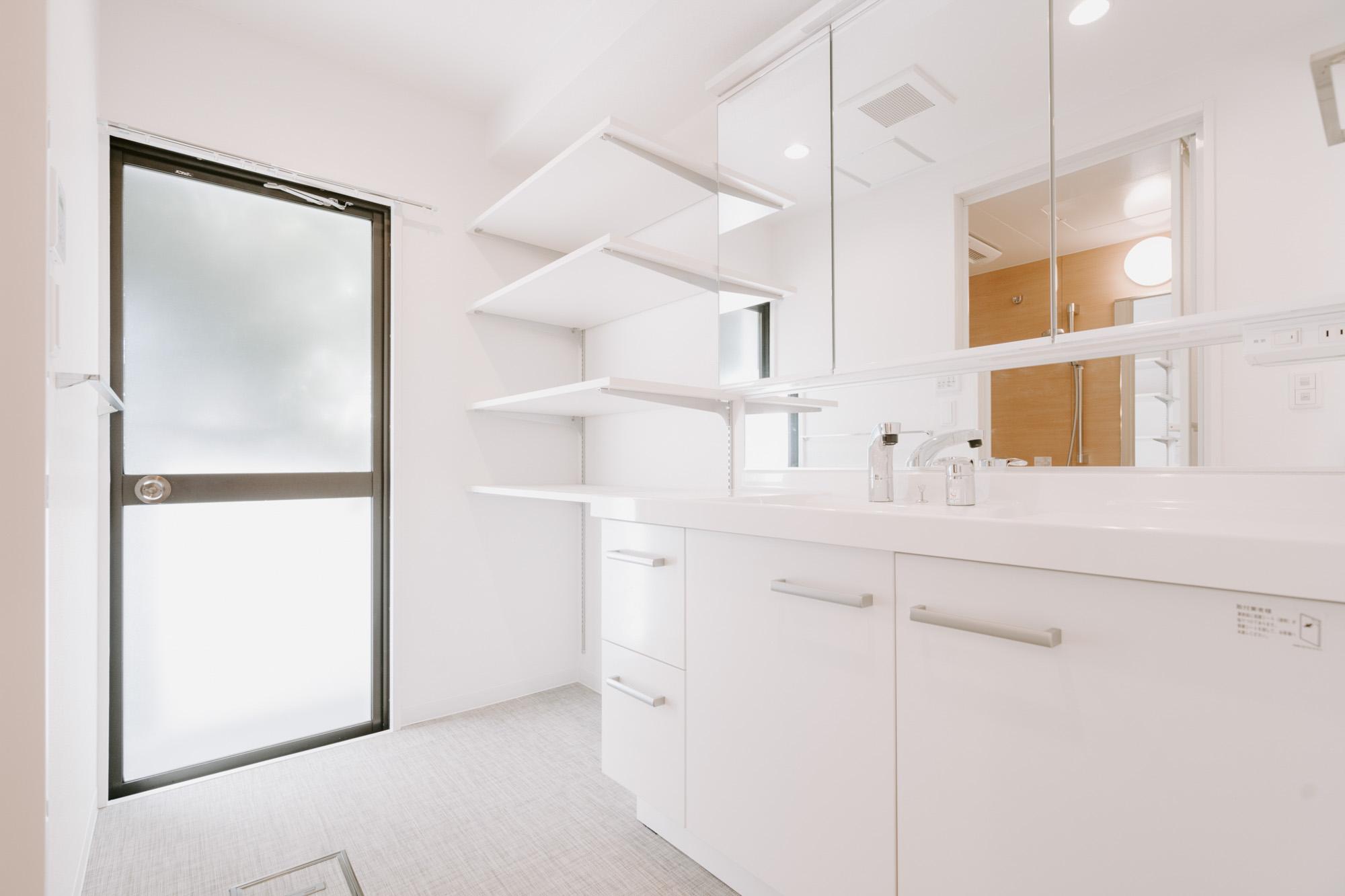 洗面台がとても大きいのも嬉しい!大人が二人並んで立っても余裕があります。