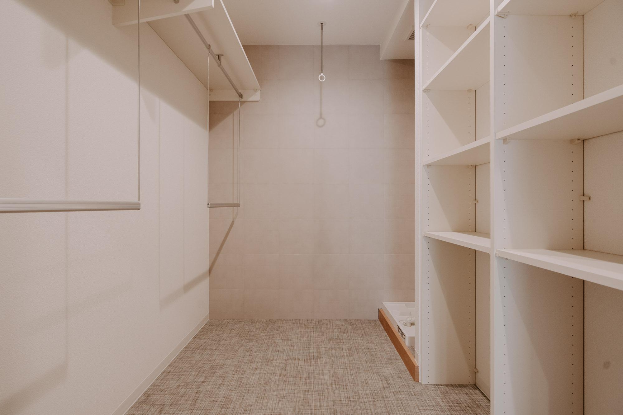 こちらのお部屋は、洗面所の向かい側にランドリーコーナーがあります。これだけ充実した収納スペースがあると、とても助かりますね。