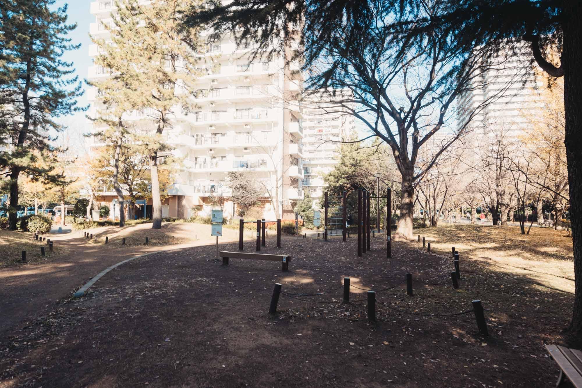 ちょっとした遊具のある公園はもちろん、保育園や幼稚園、小中学校、医療施設まで全てが徒歩圏内にあるので、安心して暮らせます。