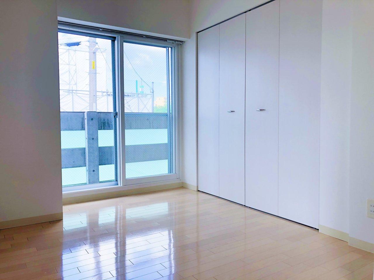 約4畳の洋室は、リビングと引き戸で繋がっています。ベランダもあり、大容量のクローゼットもあり。一人暮らしにはもってこいのお部屋です。