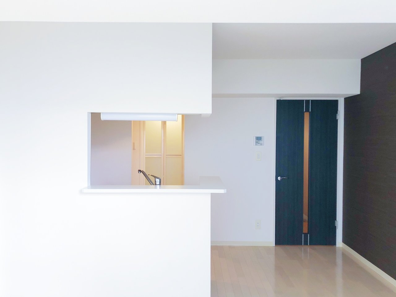 リビングには、対面式のキッチンが。コンロは持ち込みになりますが、シンクも広く使いやすそうなキッチンですよ。
