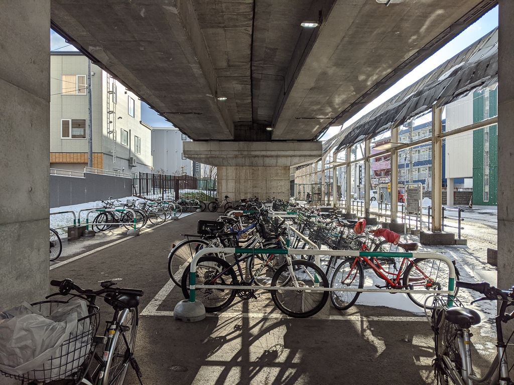 バス停やタクシー乗り場、屋根のある駐輪場があるので駅周辺へ向かう移動手段は豊富にあります。深夜まで開いているスーパーがあるので、買い物にもあまり困らなさそう。