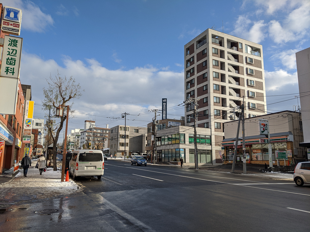 駅前を東西に走る、白石・藻岩通は車通りや人通りが多いですが、少し駅から離れると閑静な住宅街になり、とても静か。にぎやかさと落ち着きを兼ね備えているので、生活がしやすいのが特徴の街なんです。
