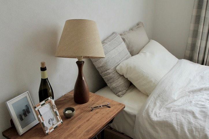 サイドテーブルは蚤の市で購入した海外の学校用のデスク。ランプは、阿佐ヶ谷 FURUICHI で購入したヴィンテージ。