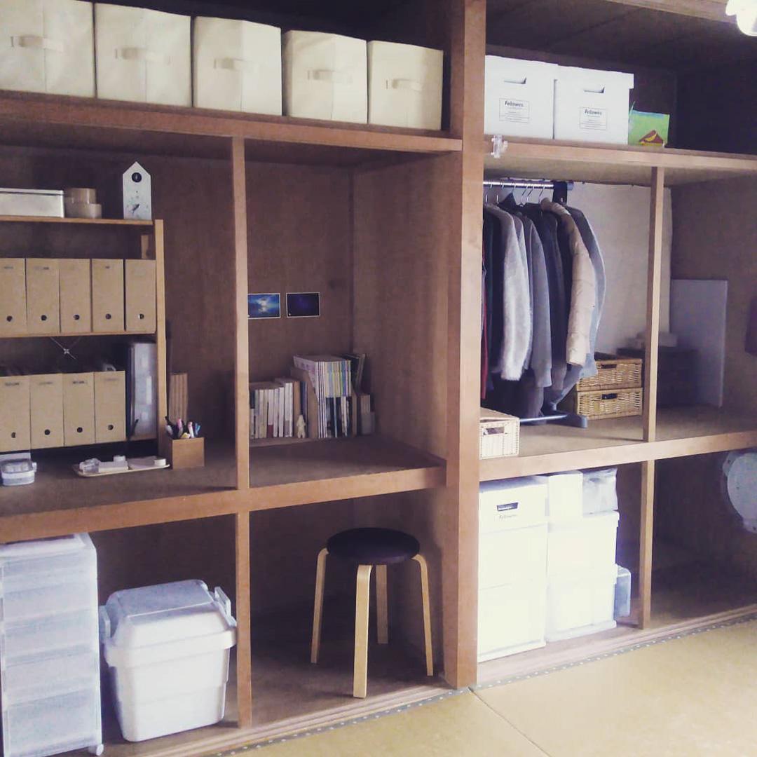 押入れが大きくて奥行きが広いのも「和」なお部屋の特徴。襖を外してデスクとして活用しています。色味を白や木の色で揃えることで、開けていてもごちゃごちゃ見えないように工夫。