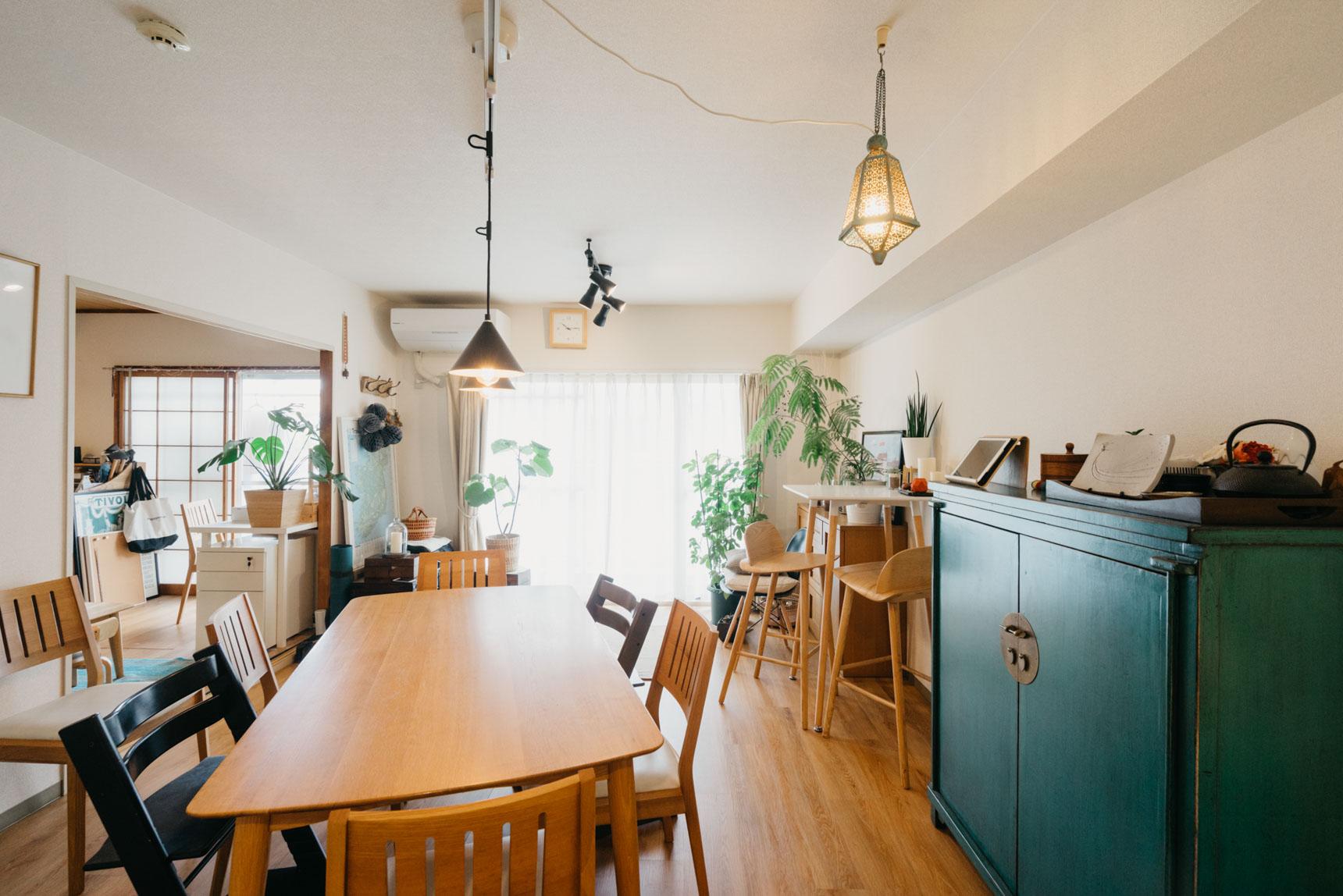 dongurinokoさんが暮らすのは築30年の団地の、80㎡超の3LDKのお部屋。襖をはずし、隣の部屋とひとつづきにしているリビング・ダイニングはとても開放感があります。
