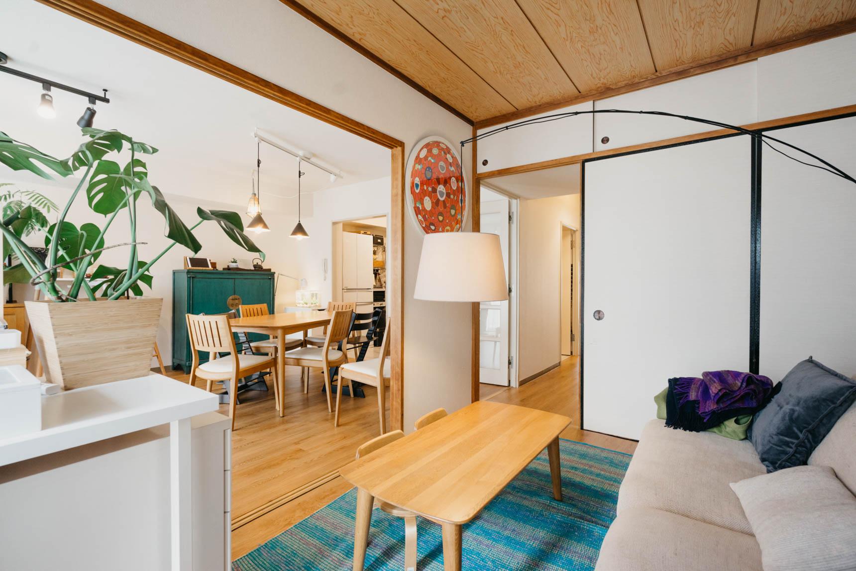 実はソファのあるお部屋は、元和室。畳の上に、フロアタイルを敷いています。元々のフローリングより幅広の雰囲気の良いものを選びました。廊下やリビングも同じフロアタイルにしたことで、統一感がある空間になりました。