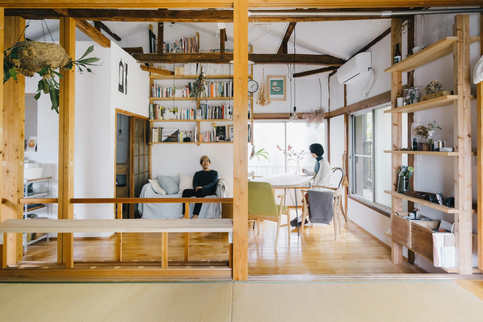 このお部屋の主は、編集のお仕事をされている緑川彩さんと、家具職人の平塚剛史さん。お部屋のDIYが大好きな緑川さん、自分たちで手を加えられることが条件でお部屋を探していて、見つけたのがここ。天井が高く開放的な間取りや、水回りのスペースには既に手がいれられていて、壁や天井を白く塗ったり、新しく収納を取り付けたりと、さらに暮らしやすく工夫を加えました。