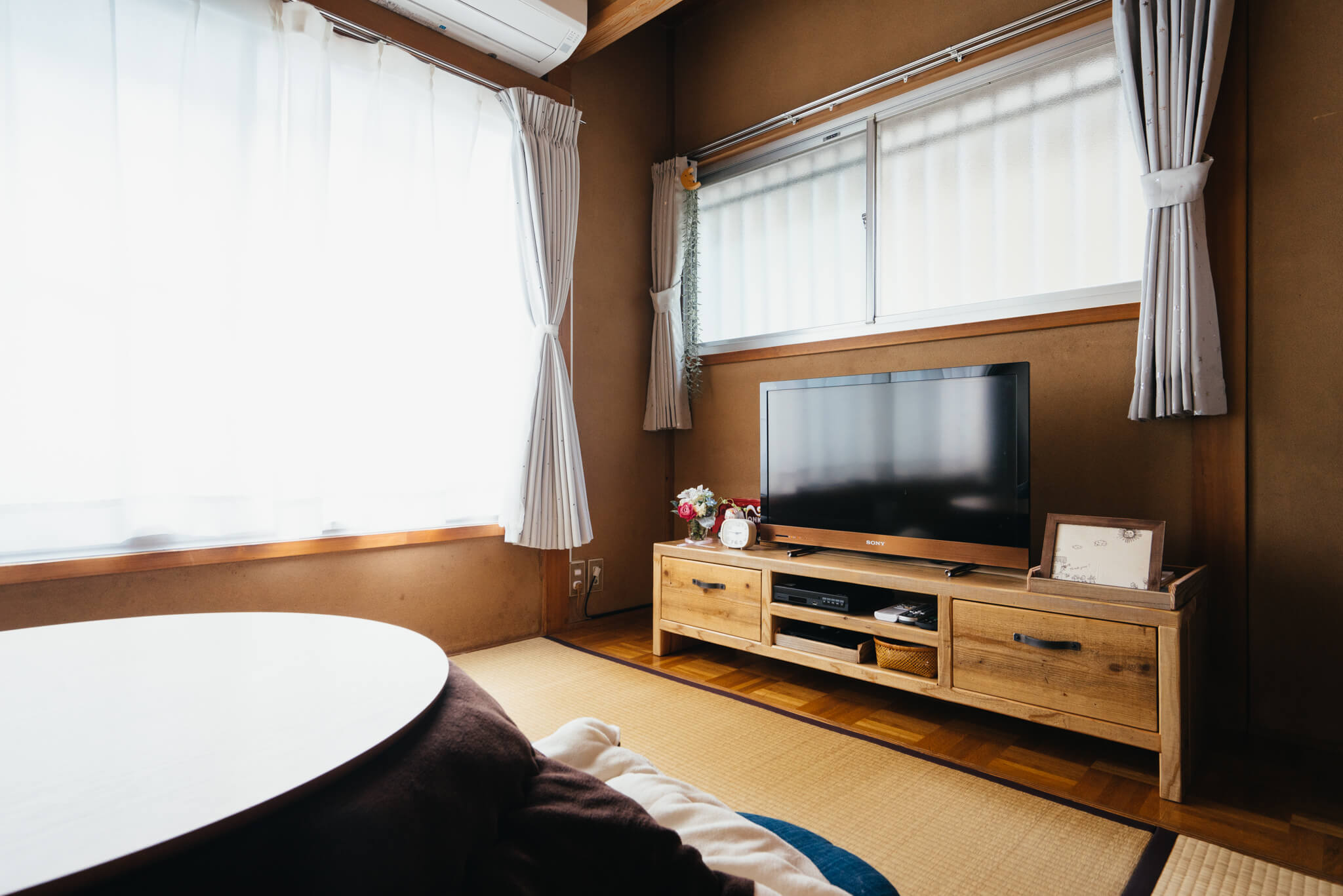 家具は、「対応の良さに感動した」という、ネットストアの WOODPRO でほとんど揃えました。和の雰囲気に、木の家具ってよく似合いますね。
