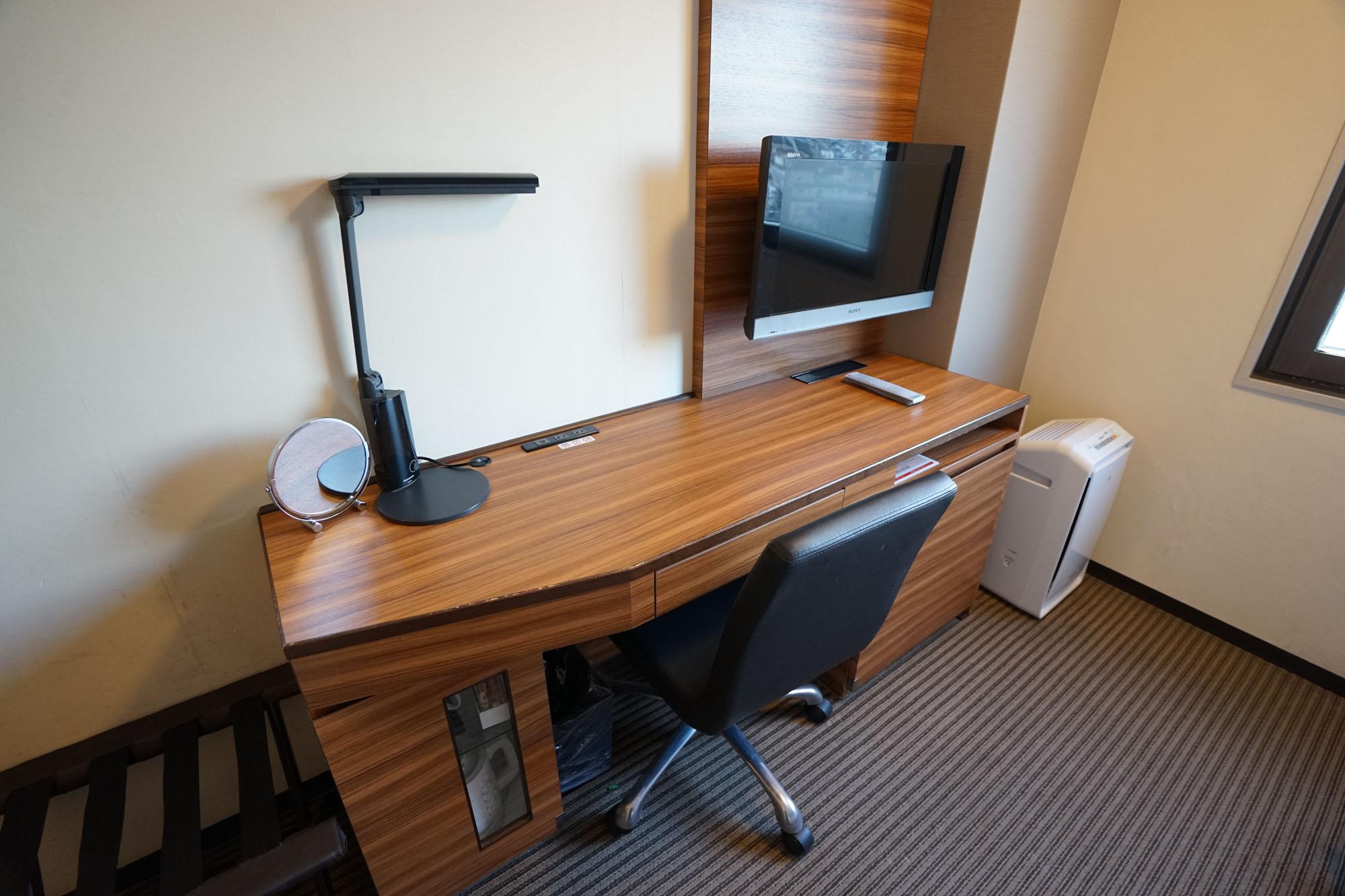 こちら備え付けのデスク。テレビが壁付になっているため、デスク上を広く使えるのが嬉しいですね。横幅もたっぷり。