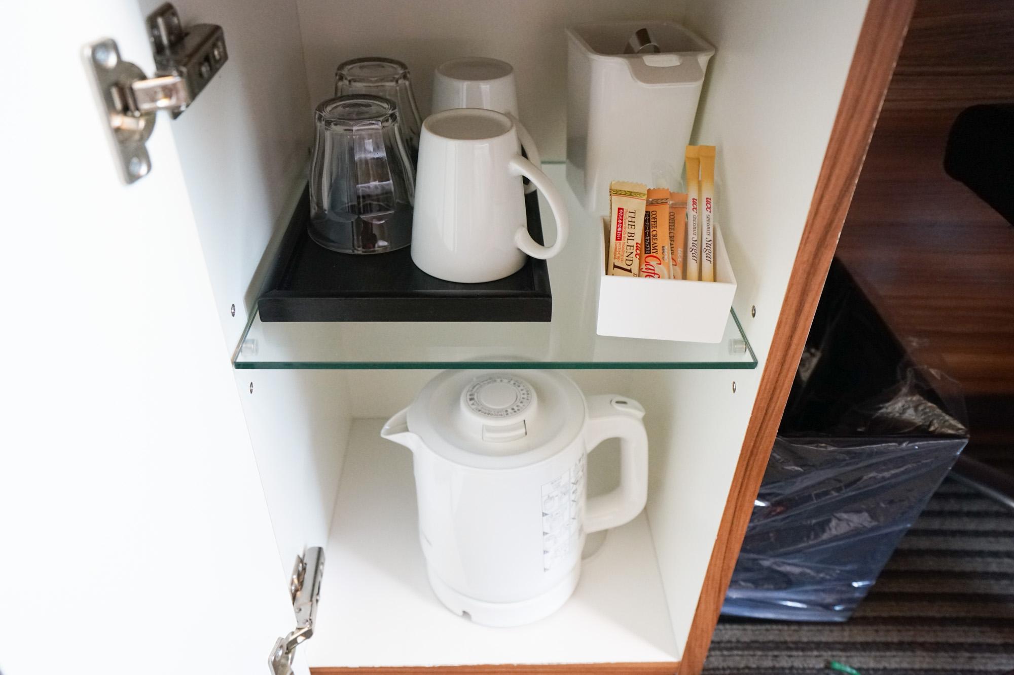 デスク下のキャビネットに電気ポットやカップがあります。