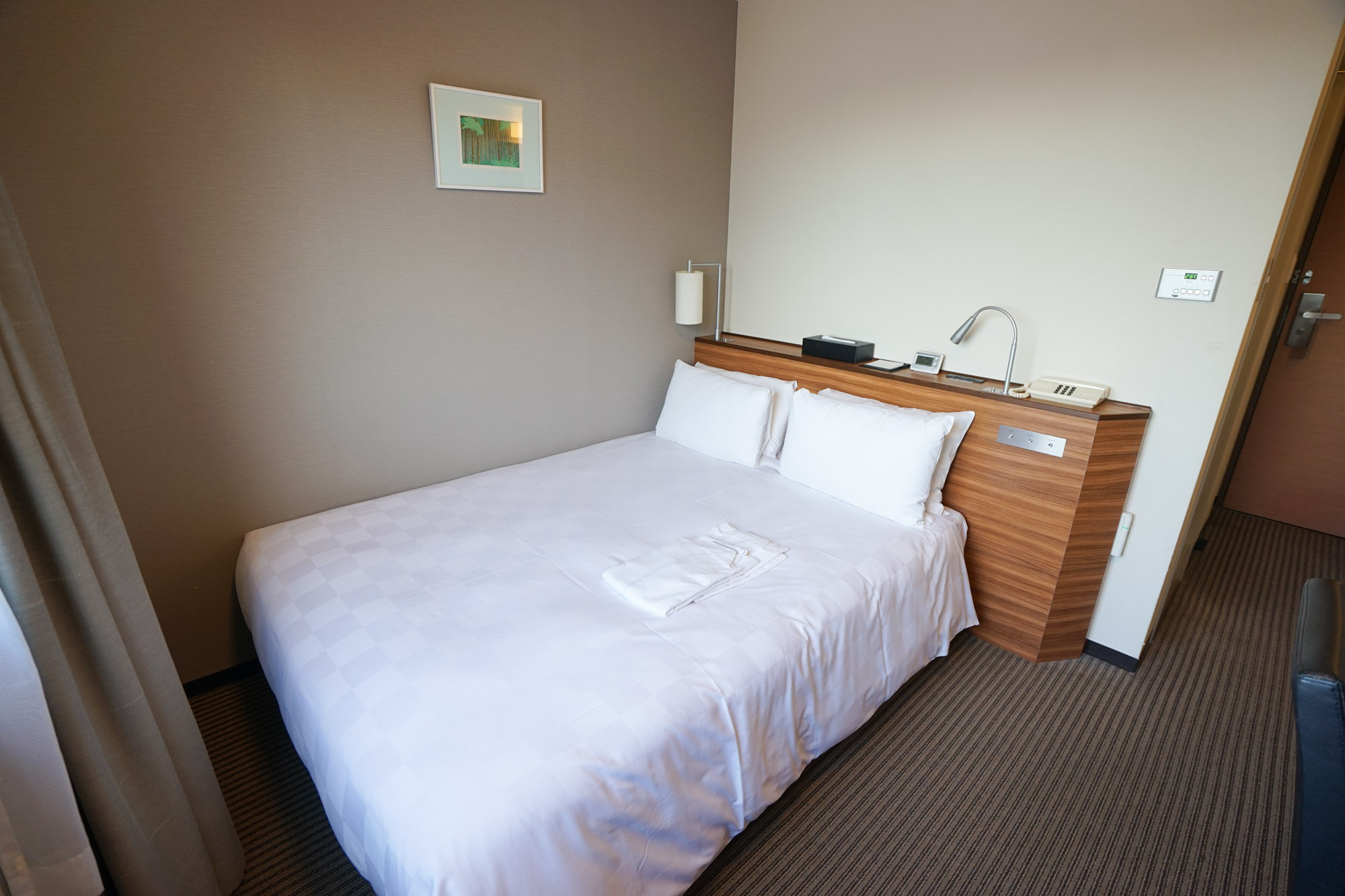 ベッドは幅140cmのダブルベッドで、ゆったりと過ごす事ができますよ。