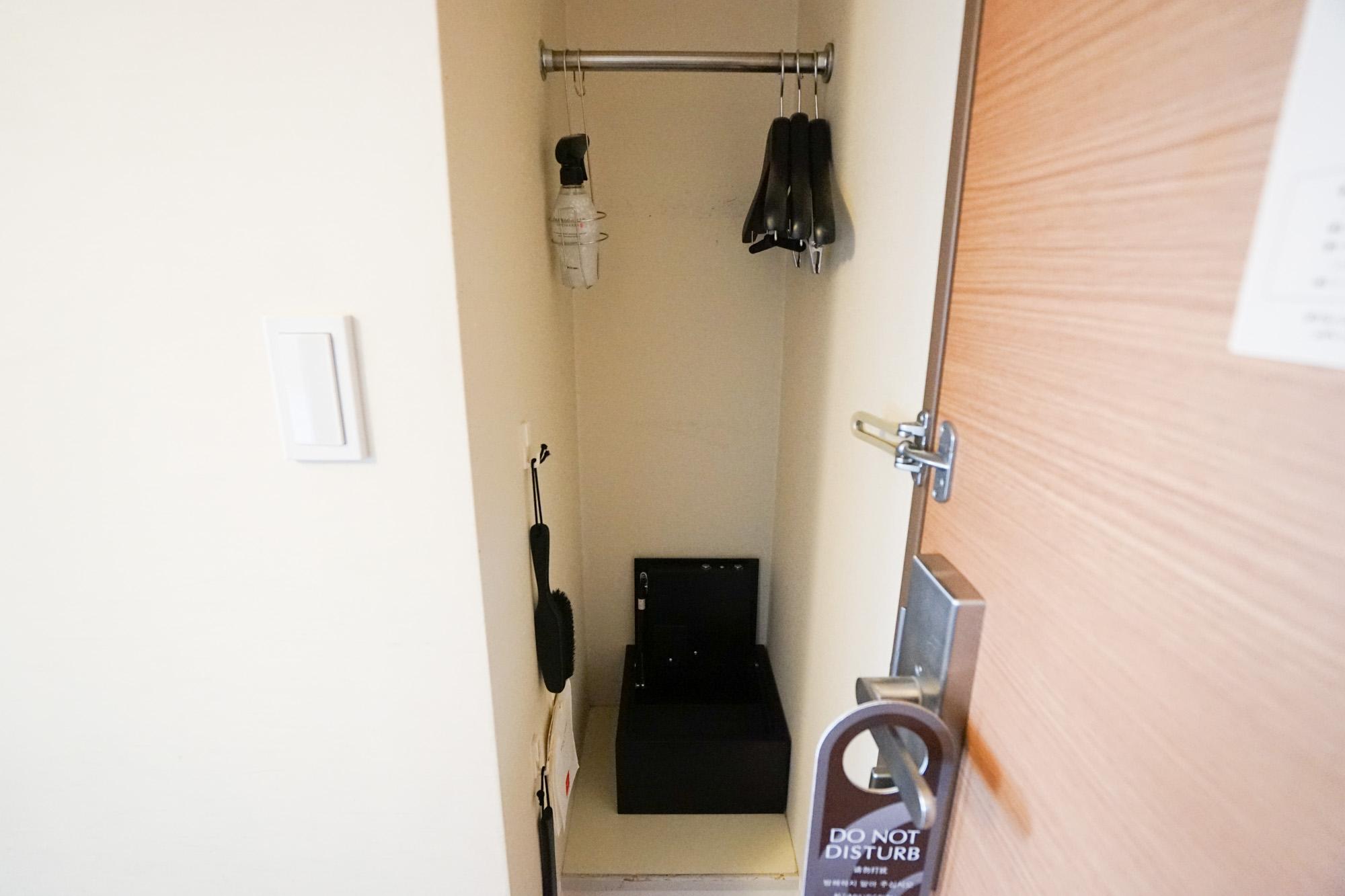 収納スペースは玄関の横に。少しコンパクトかもしれないので、スーツケースなどを合わせて収納として活用するなど工夫を。