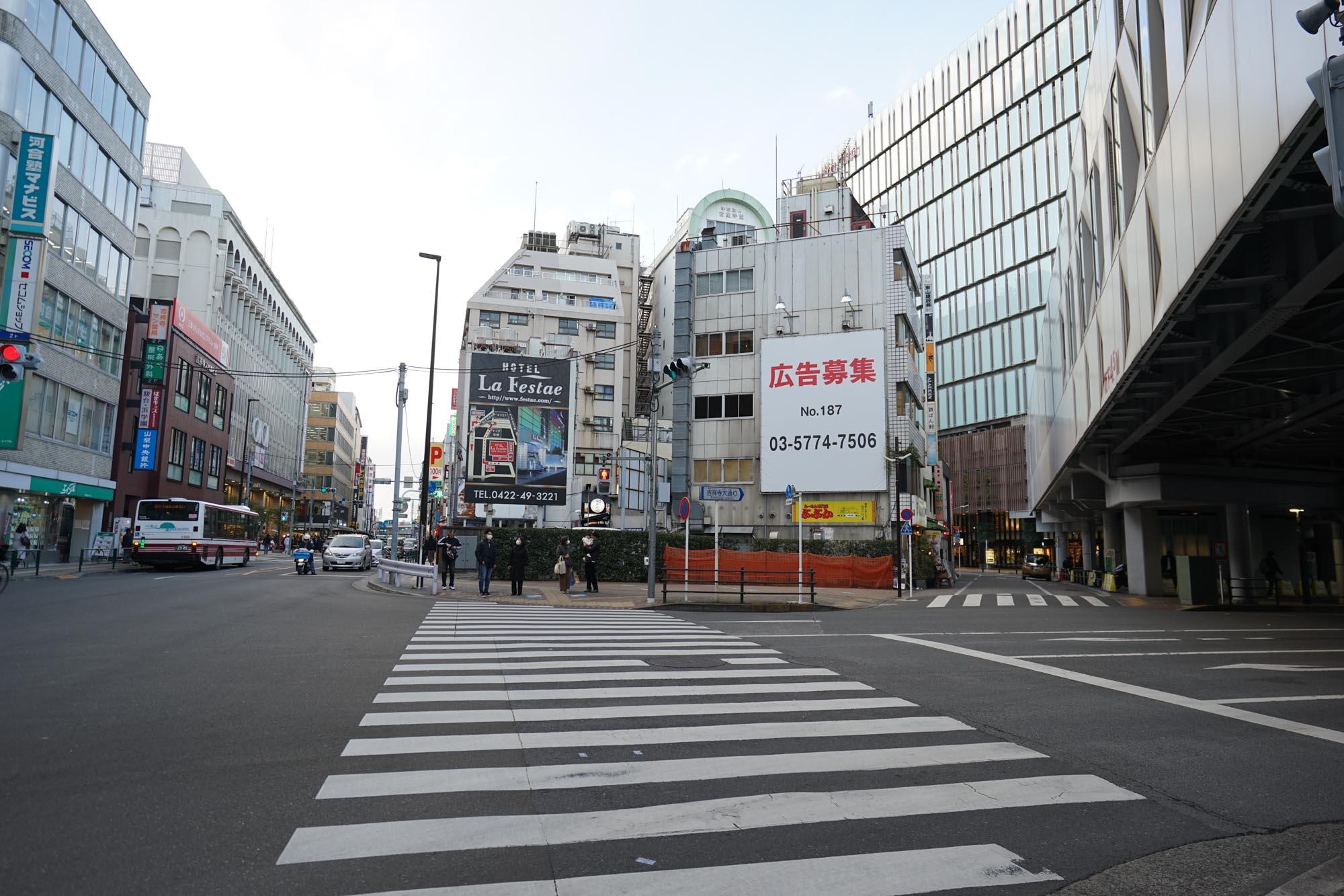 井の頭線の高架沿いに少し進むと「丸井吉祥寺店」のある井の頭通りの交差点に出ます。
