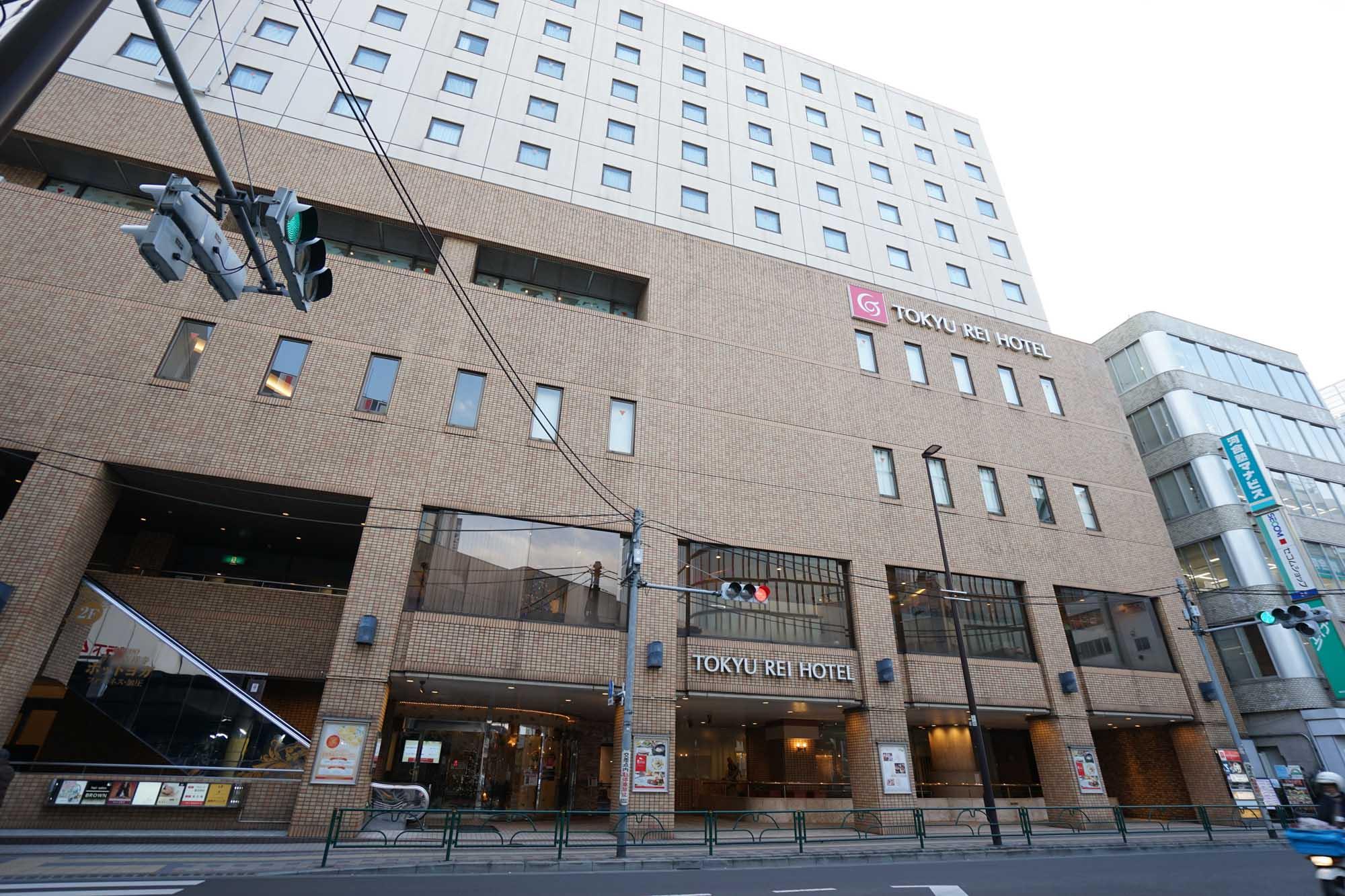 この交差点に面して建っているのが「吉祥寺東急REIホテル」。思った以上に近い!走れば駅から30秒ぐらいではないでしょうか。