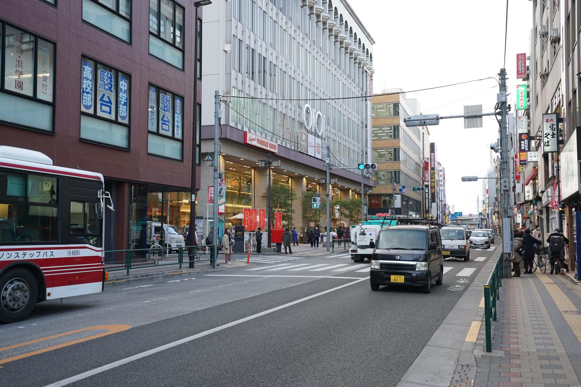 渋谷から武蔵野市までをつなぐ「井の頭通り」が走る「丸井吉祥寺店」前。ホテルはこのすぐお隣に。ここからバスで各住宅街を繋いでいるため、人通りもかなり多いです。