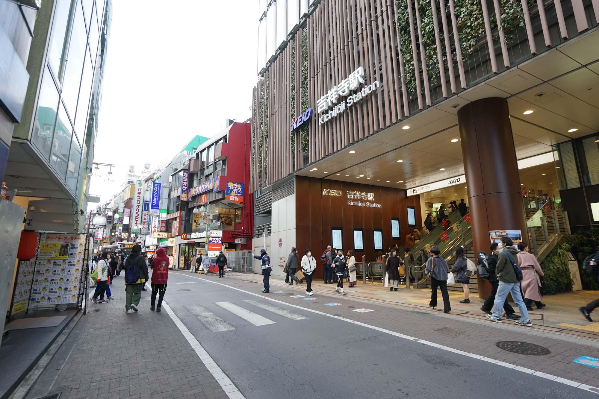 吉祥寺駅の南側にある「公園口」。井の頭線の改札もJRの改札もすぐです。井の頭線の駅ビル「キラリナ京王吉祥寺」、JRの駅ビル「アトレ」にもそれぞれ直結しています。