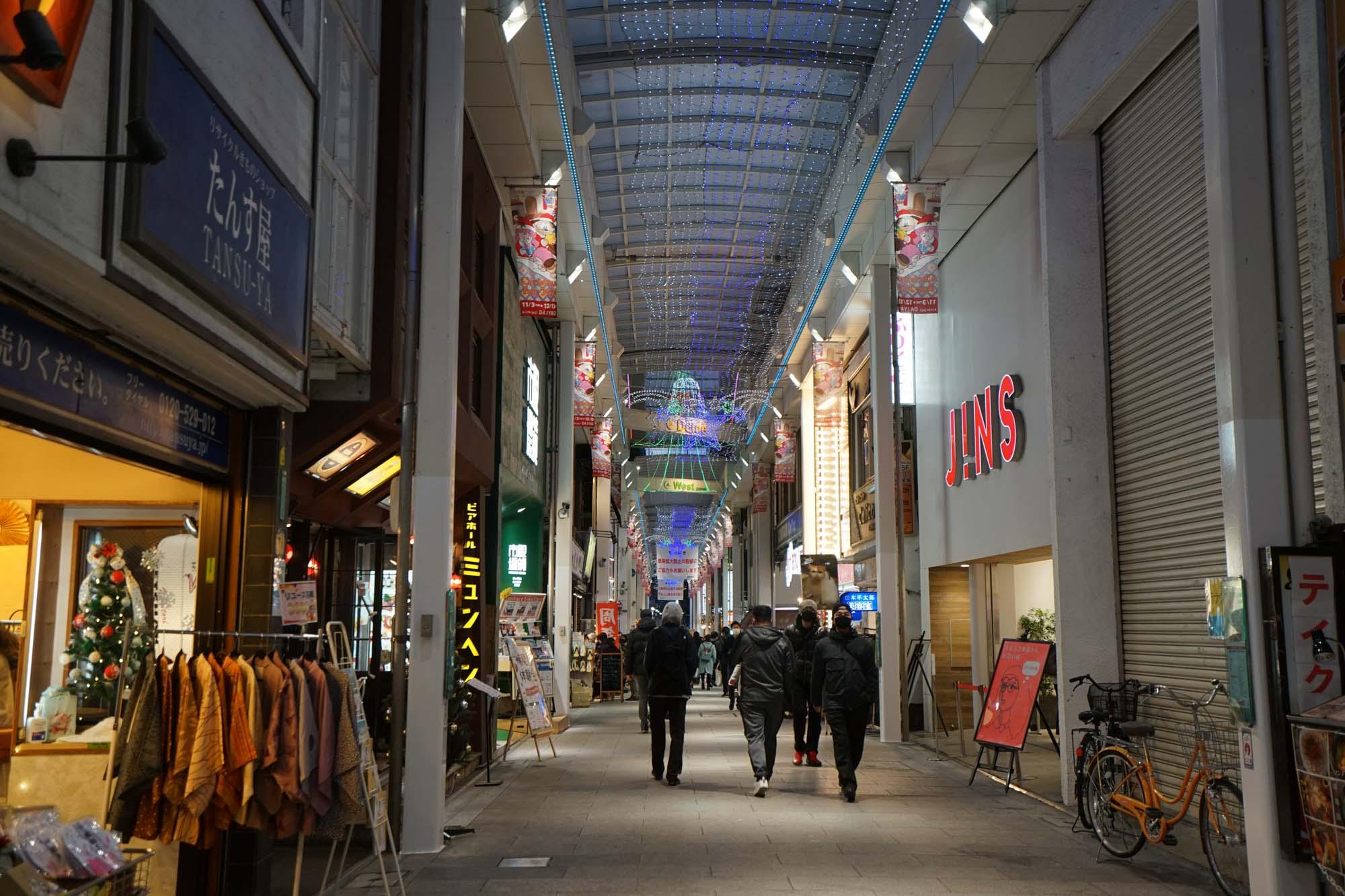 駅からアーケードの商店街が続きます。吉祥寺といえばこのアーケード商店街のイメージ、という方も多いかも。