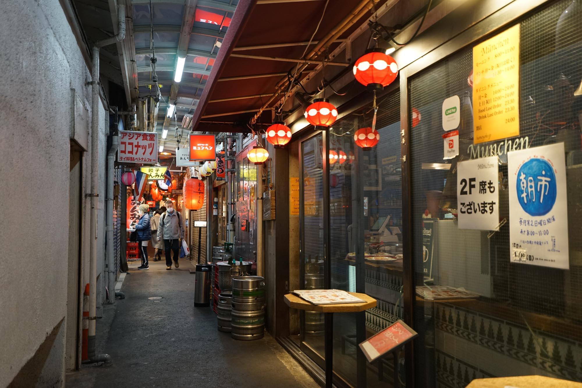狭い路地に、軒先に椅子席を出したいろんなお店がぎゅっと並んでいて、ちょっと東南アジアの雰囲気。