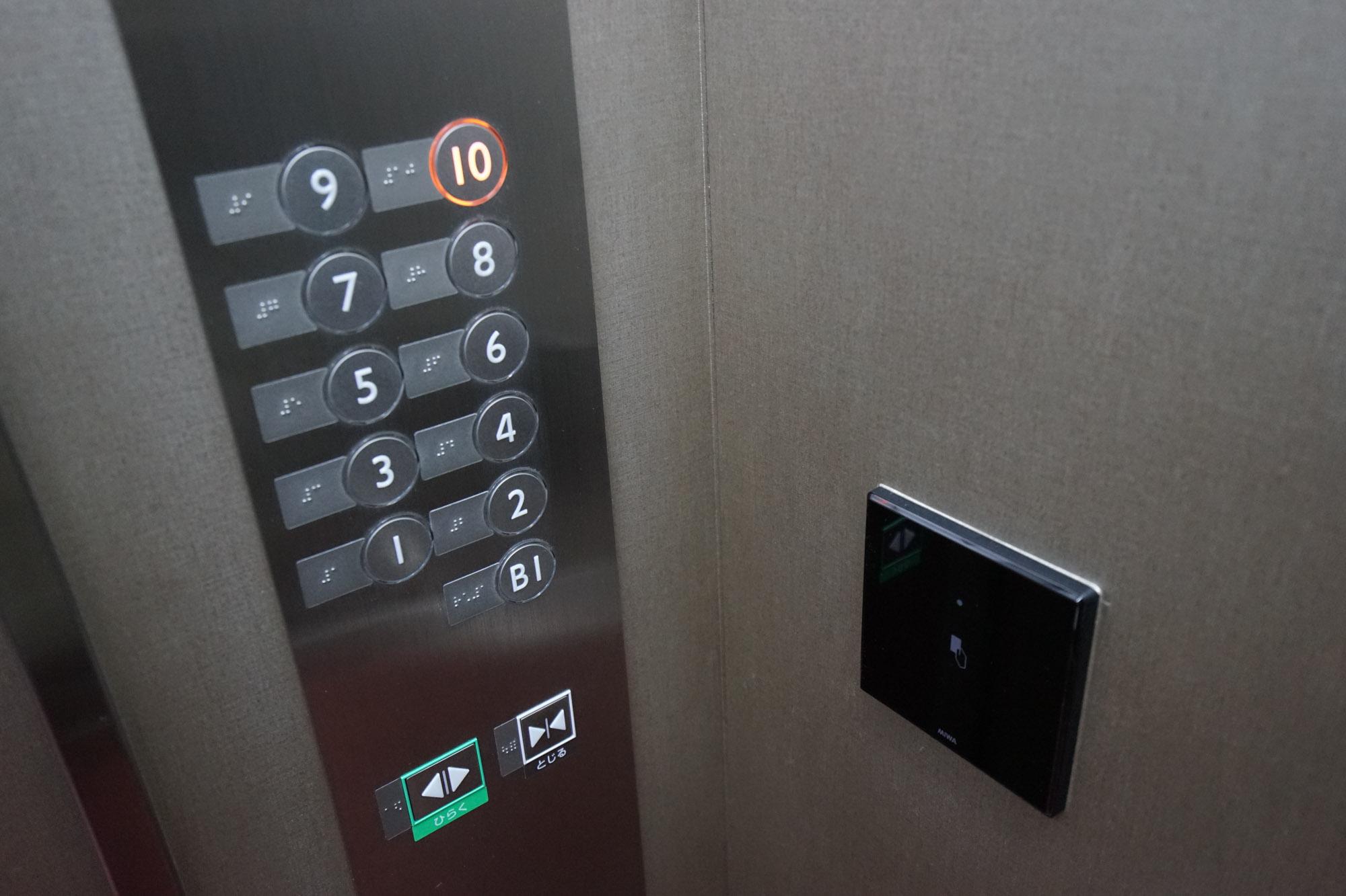 エレベータはカードキー制御式、フロントは24時間対応で、セキュリティ面が気になる方も安心です。