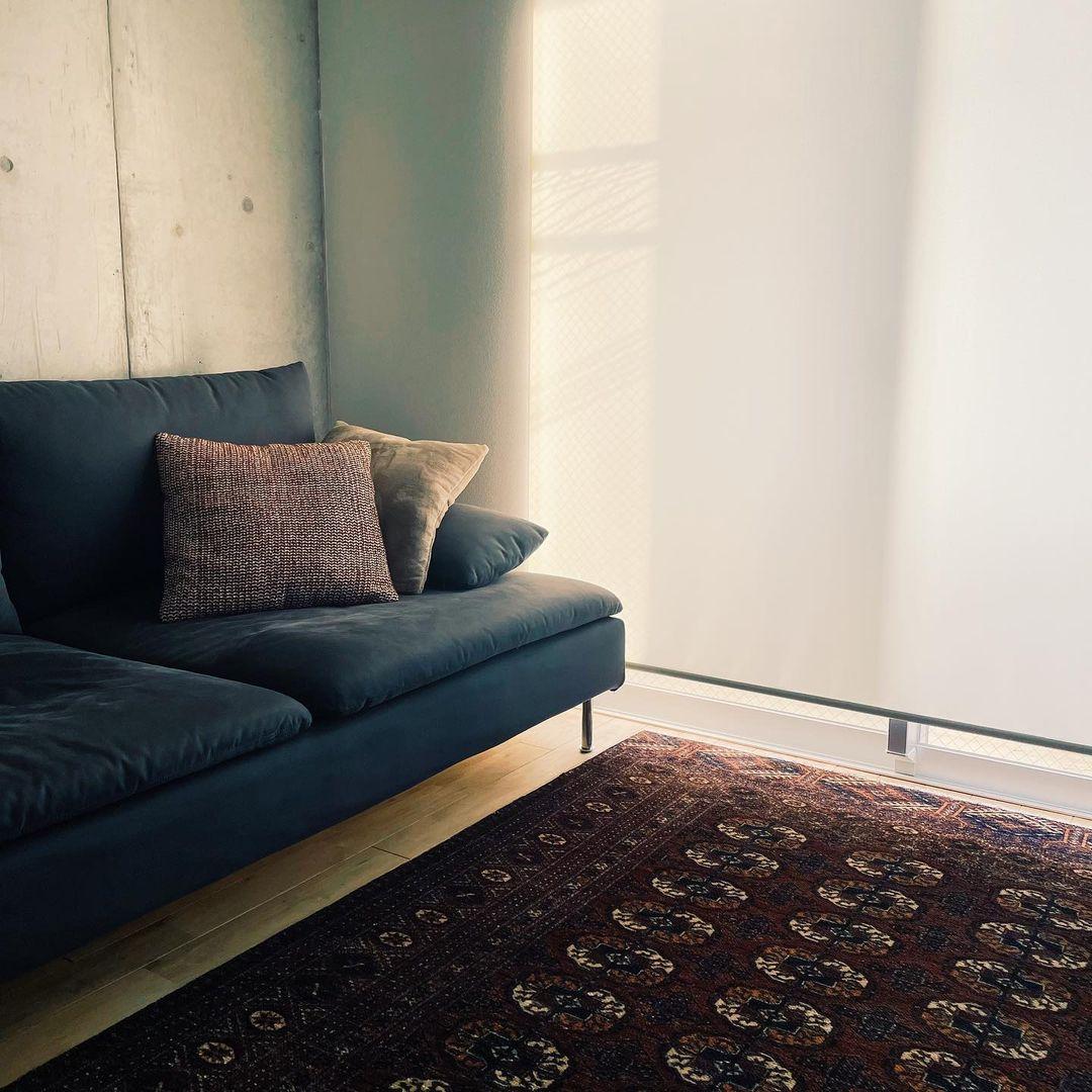 リビングの大きなソファもIKEA。ラグはネットで探して購入したもの。「冷たい感じになりすぎないように、いろいろなテイストを組み合わせるのが好きです」